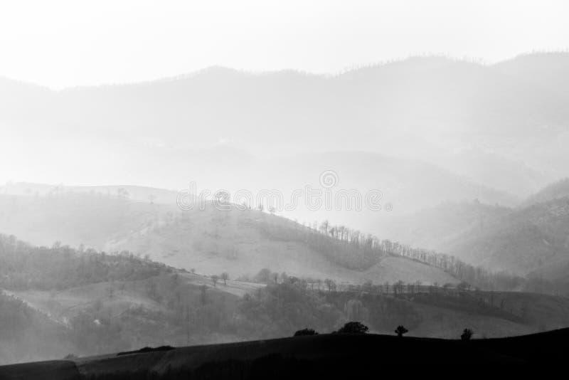 Lagen heuvels en bergen met mist tussen hen stock foto's