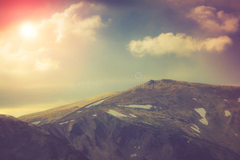 Lagen van berg en nevel in de valleien Fantastische avond die door zonlicht gloeien royalty-vrije stock afbeelding