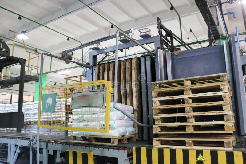 Lager av färdigt - produkter i en industriföretag med träpaletter royaltyfri bild