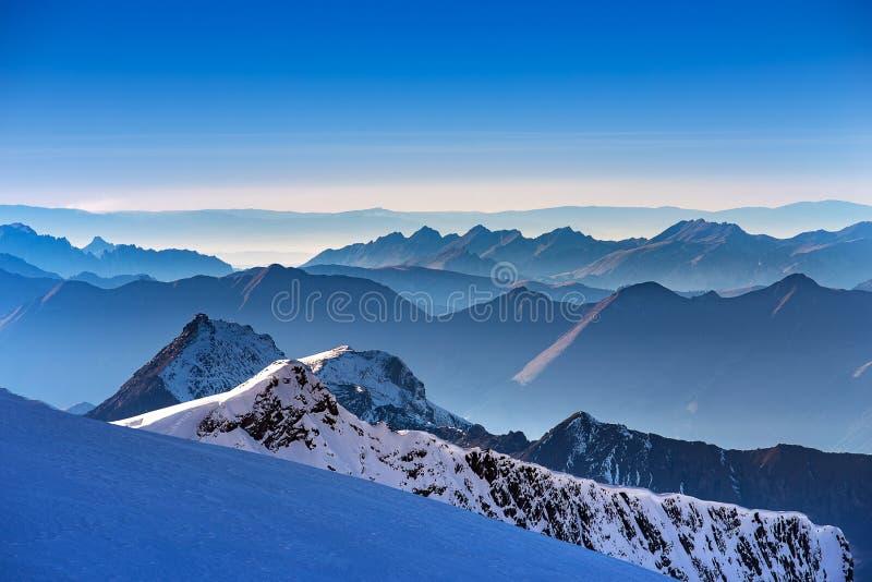 Lager av fjällängberget på solnedgångtid, sikt från det Jungfrau berget, Schweiz fotografering för bildbyråer