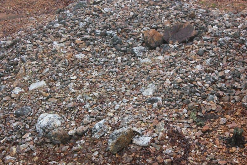 Lager av kvartsit på vaggar Hawk Effigy Mound arkivfoton