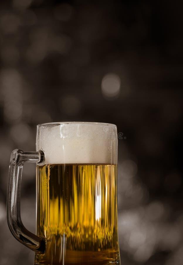 Lager-Bier mit weißen Blasen im Bierkrug lizenzfreie stockbilder