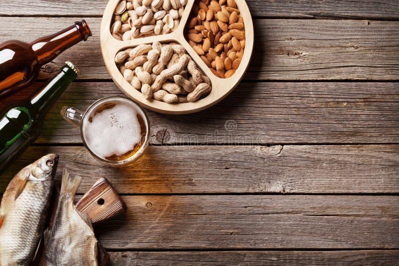 Lager-Bier und Snäcke stockbild