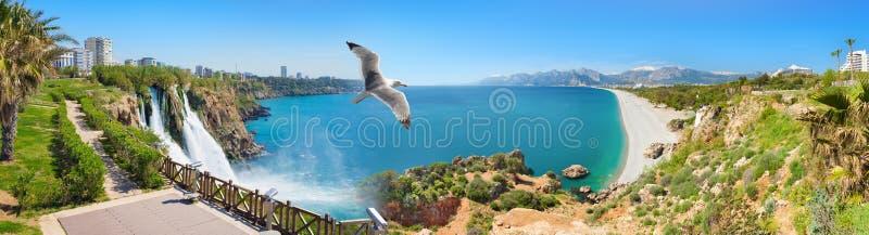 Lager Duden-Waterval en Konyaalti-strand in Antalya, Turkije stock afbeelding