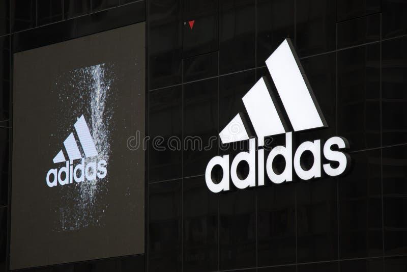 Lager för Adidas logoinretail på Shibuya Tokyo royaltyfri foto