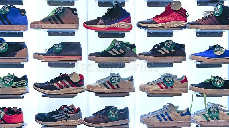 Lager för Adidas sportskor royaltyfri fotografi