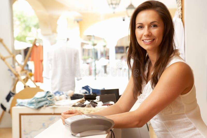 lager för assistentklädförsäljningar arkivfoto