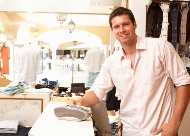 lager för assistentklädförsäljningar royaltyfri bild
