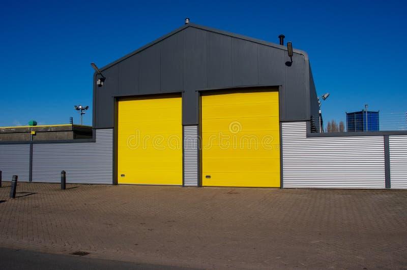 Lager mit gelben Türen stockfotos