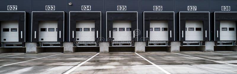 Lager mit industriellen Türen für Verladedock-LKWs lizenzfreies stockfoto