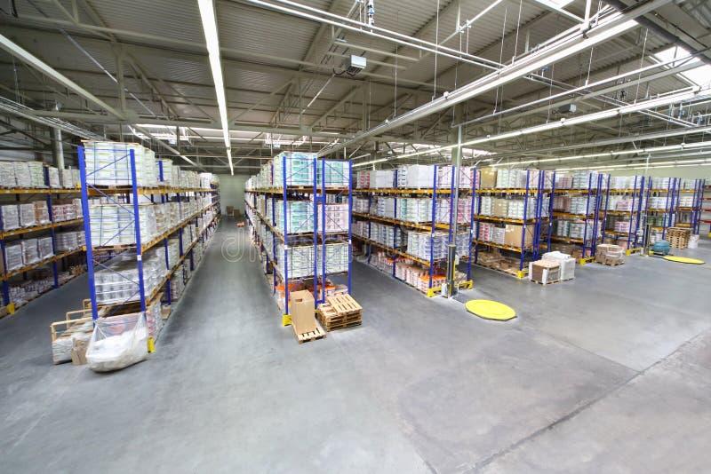 Lager mit Reihen von Regalen an Caparol-Fabrik lizenzfreie stockfotografie