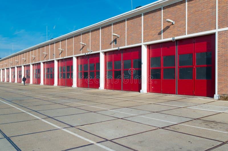Lager mit roten Türen lizenzfreie stockfotografie