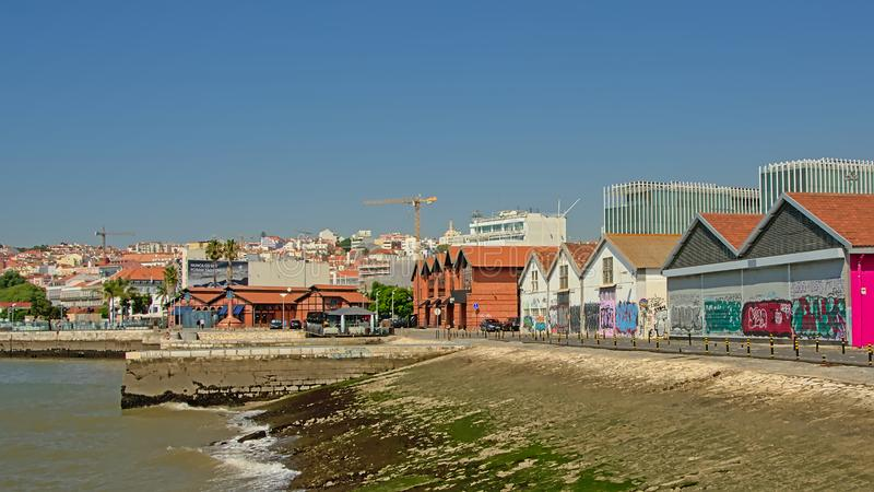 Lager och restauranger längs floden Tagus i Lissabon royaltyfria bilder