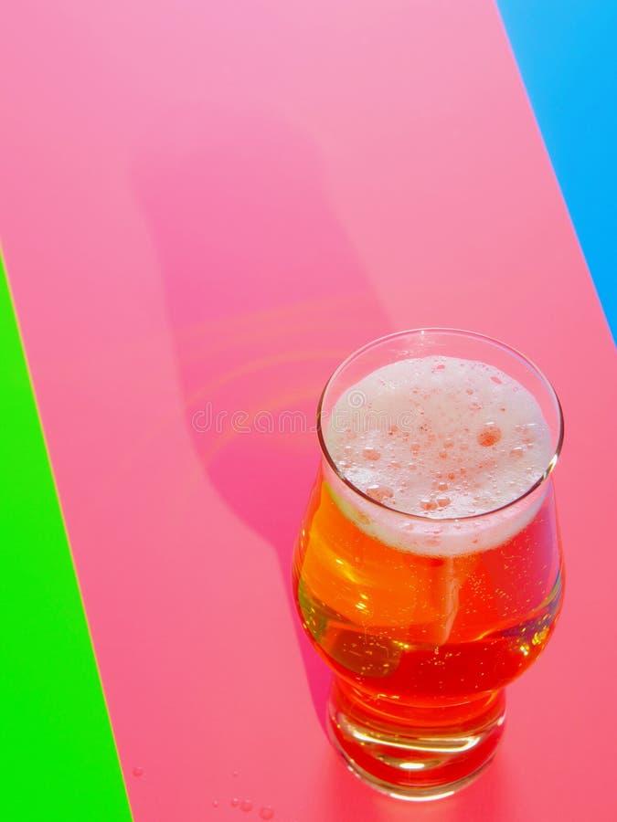 Lager piwo w niecodziennie szkle zdjęcia stock