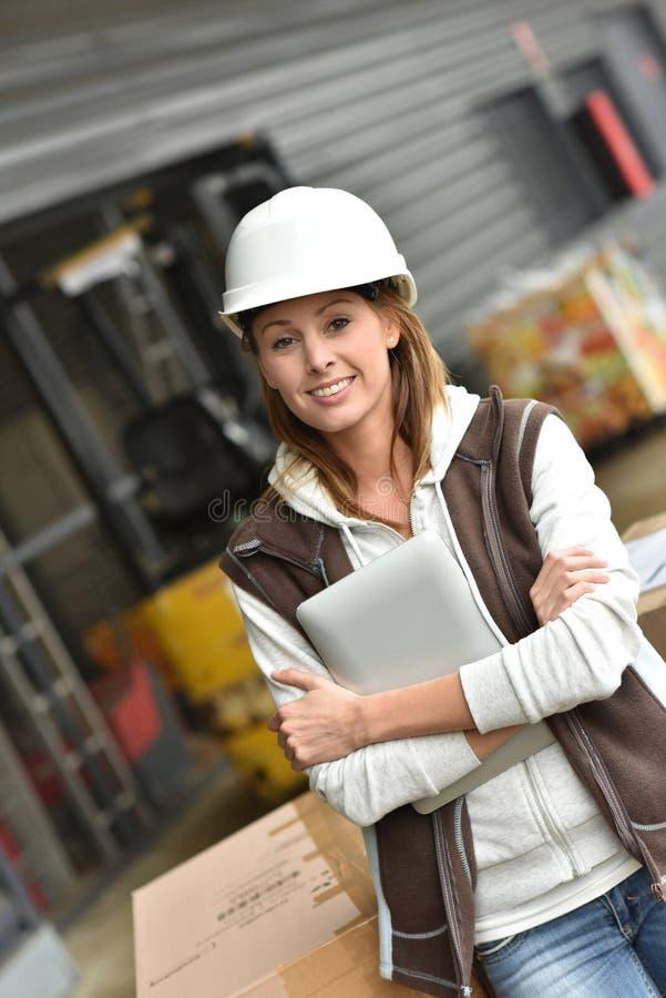 Lagerchef som kontrollerar materielet i lager royaltyfri bild