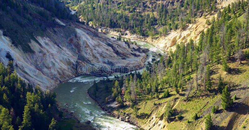 Lagerf?ra bilden av Calcite som v?rar f?rbiser, den Yellowstone nationalparken, USA arkivfoto