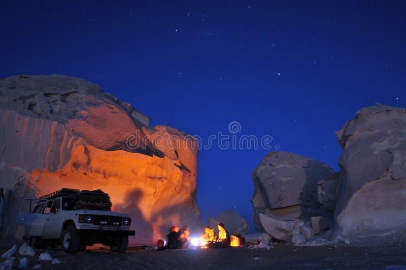 Lagerfeuer in der Wüste stockfoto