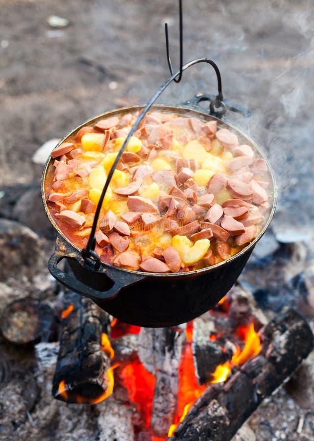 Lagerfeuer-Kochen lizenzfreies stockfoto