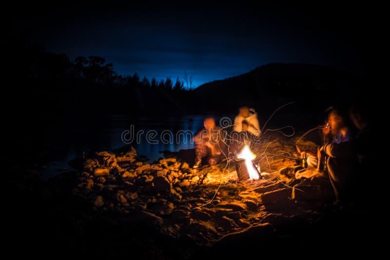 Lagerfeuer mit Freunden stockfoto
