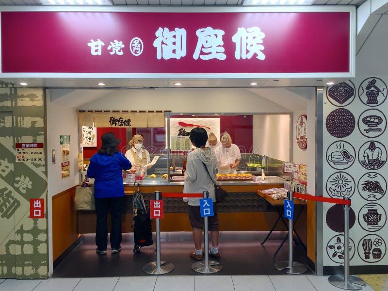 Lagerframdel av en typisk japansk bakelser som lokaliseras i den Kobe-Sannomiya stationen i Kobe, Japan arkivfoto