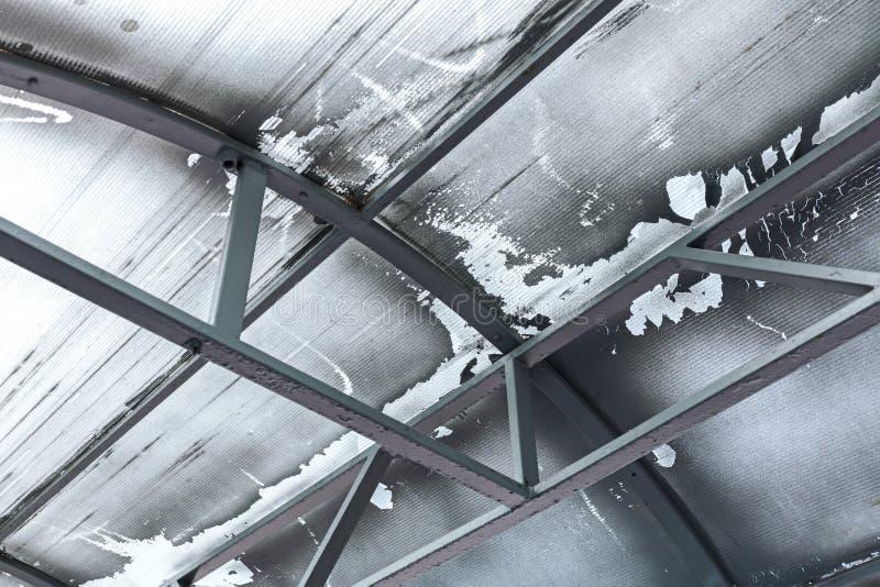Lagerhaus verwitterte alte Decke mit Metallstrahlen, Ansicht von unten stockbilder