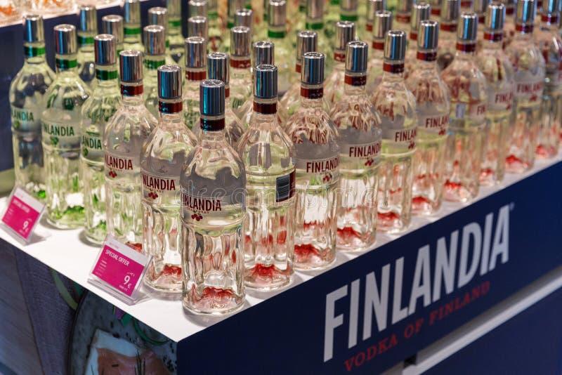 Lagerhylla med Finlandia vodkaflaskor i Kiev, Ukraina royaltyfri foto