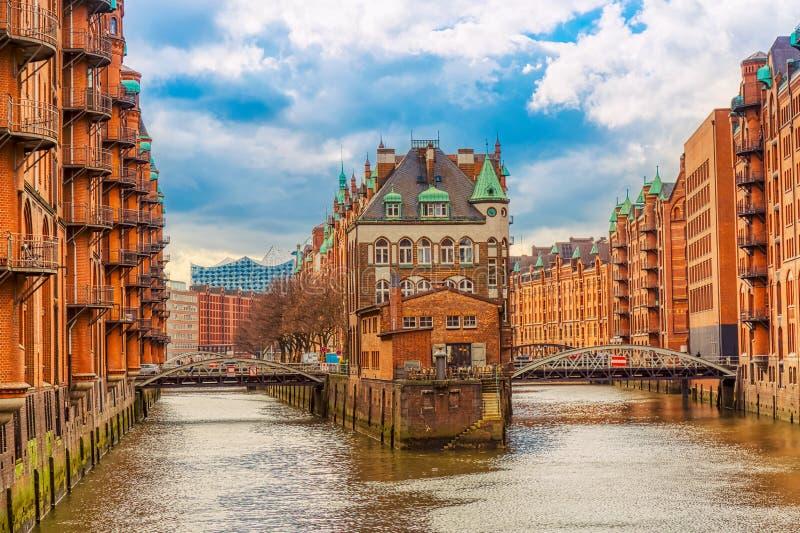 Lageromr?det Speicherstadt under v?ren i Hamburg, Tyskland Lager i den Hafencity fj?rdedelen i Hamburg arkivfoton