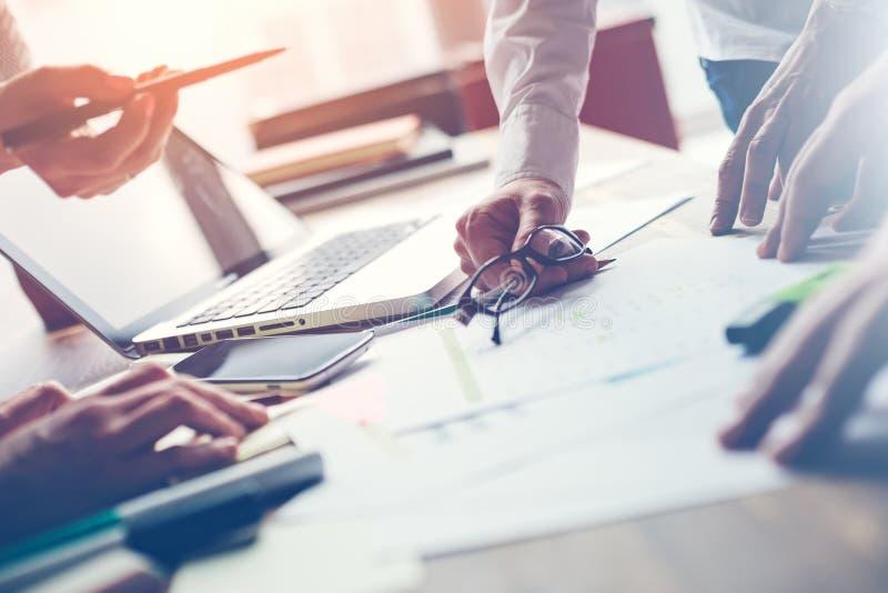 Laget arbetar i regeringsställning Chefer som diskuterar nytt digitalt projekt Bärbar dator och skrivbordsarbete på tabellen arkivbild
