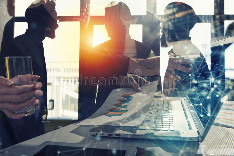Laget av affärspersonen arbetar tillsammans svart isolerad teamwork för begrepp 3d illustration Dubbel exponering med internetupp royaltyfri illustrationer