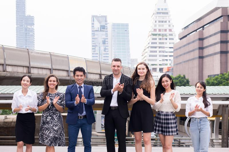 Lagframgångprestationen applåderar ditt händer, lyckade grupp av affärsmångfaldfolk, sammanslagningar och förvärv royaltyfri foto
