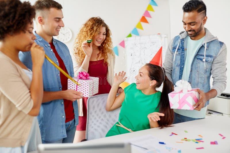 Laghälsningkollega på kontorsfödelsedagpartiet arkivfoton