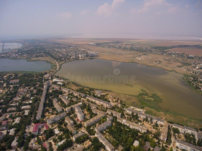 Laghi salt e la città di Saki in Crimea fotografie stock
