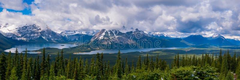 Laghi superiori e più bassi Kananaskis dall'allerta del fuoco di Kananaskis in Peter Lougheed Provincial Park, Alberta immagine stock libera da diritti
