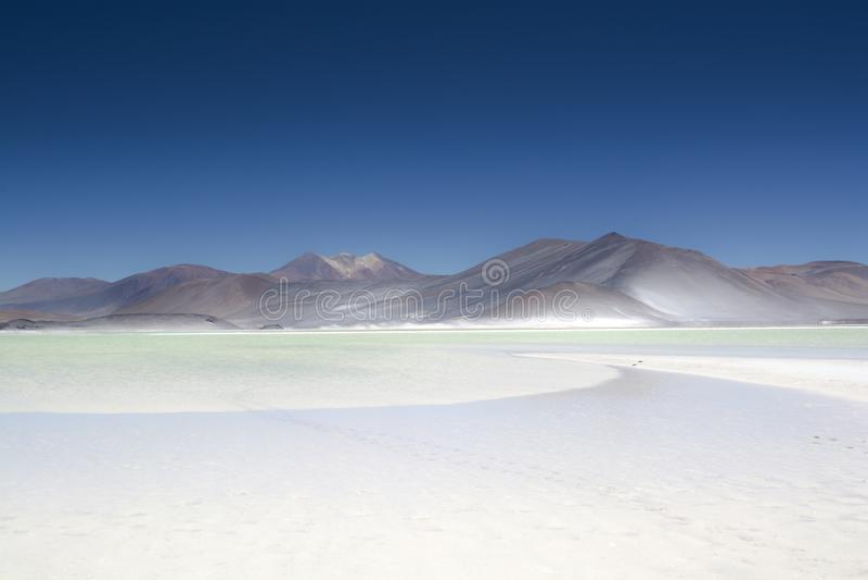 Laghi variopinti e spiagge nel deserto fotografie stock libere da diritti