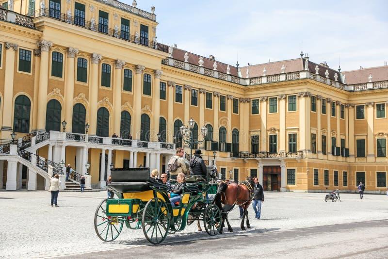 Lagledare med folk i den Schonbrunn slotten, Wien arkivfoton