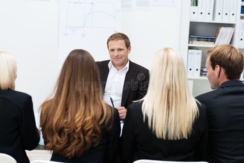 Lagledare som ger ett motivational samtal arkivbild