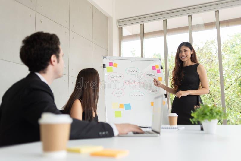 Lagledaren är diskussionen för nya idéer med kollegor på kontoret arkivbilder