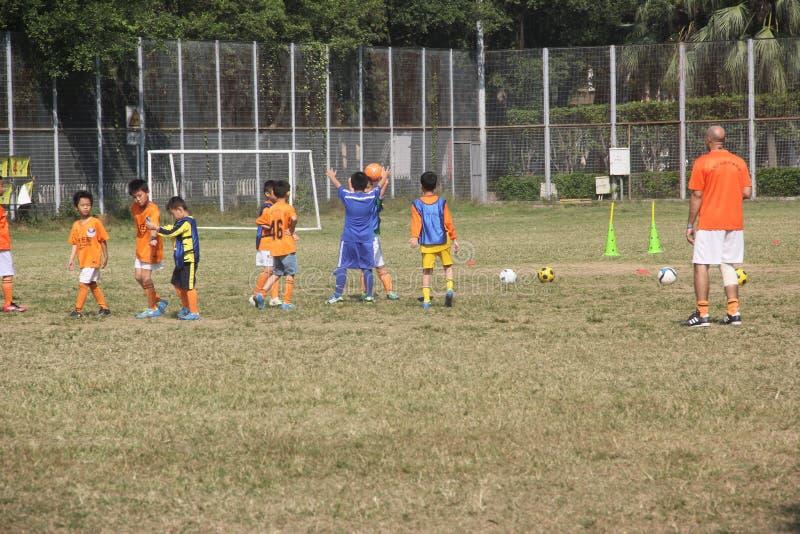 Lagledaren är utbildningen av unga fotbollsspelare i KINA, SHENZHEN arkivbild