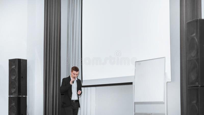 Lagledaren för affärsutbildning med anställda av företaget fotografering för bildbyråer