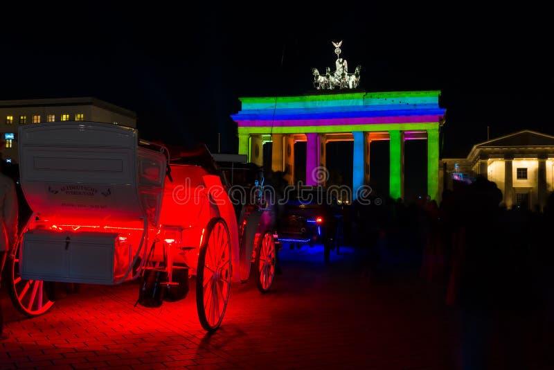 Lagledaren och den Brandenburg porten i nattlien arkivfoton