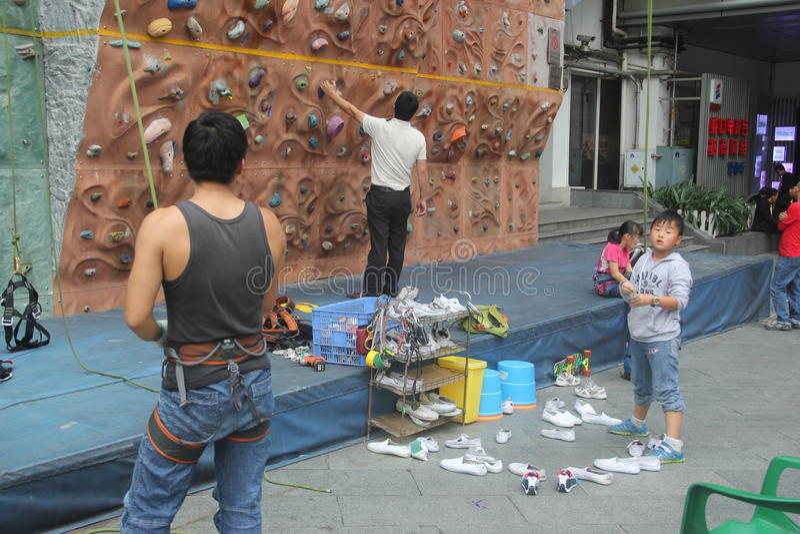 Lagledaren undervisade barn vaggar klättring i SHENZHEN royaltyfri fotografi
