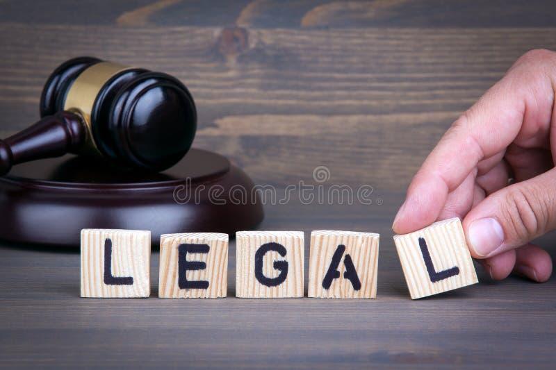 Lagligt lagbegrepp, auktionsklubba på träskrivbordet arkivfoto