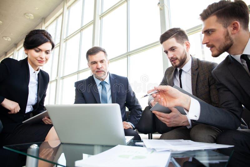 Lagmötet för den företags affären i ett modernt öppnar plankontoret royaltyfri bild