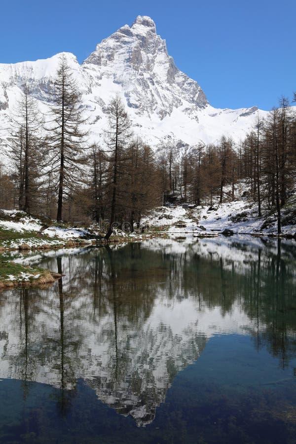 Lago蓝色与马塔角山顶在布罗伊尔Cervinia 瓦尔图尔嫩凯 aosta意大利谷 免版税库存照片