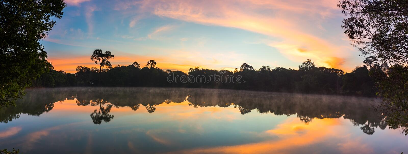 Lago ad alba sulla montagna immagini stock