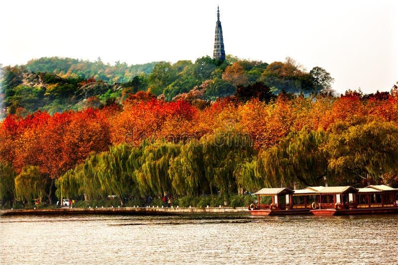 Lago ad ovest Hangzhou Zhejiang Cina di Baochu boats antiche della pagoda immagine stock