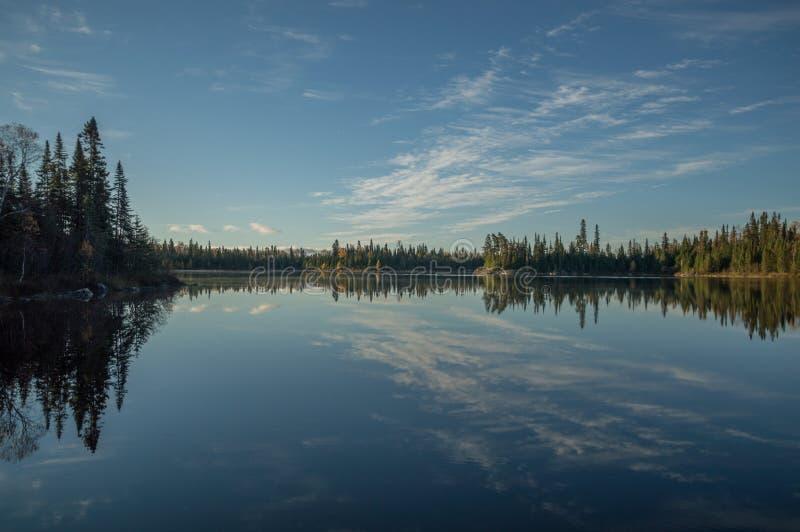 Lago ainda do norte ontario no amanhecer com clou refletido imagem de stock