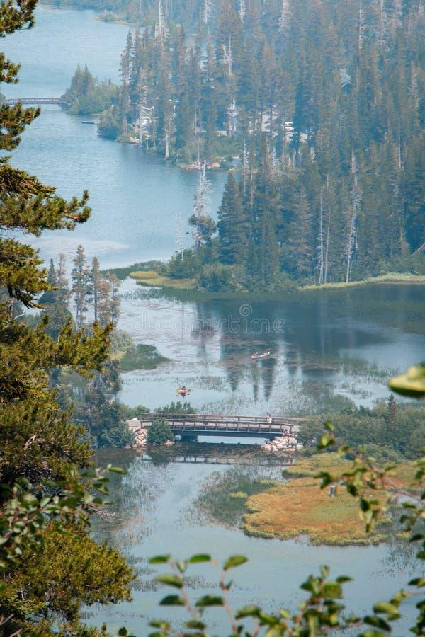 Lago aislado con dos kajaks y puentes fotos de archivo