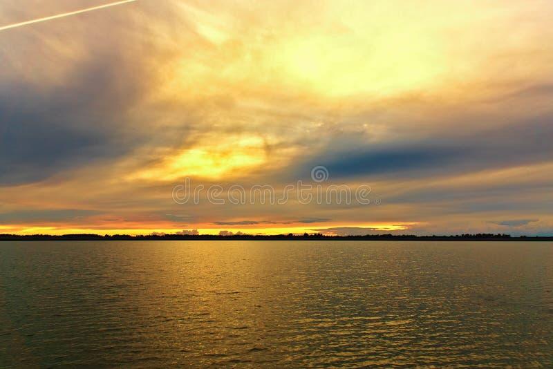 Lago al atardecer en una noche de verano Rusia, imagen de archivo