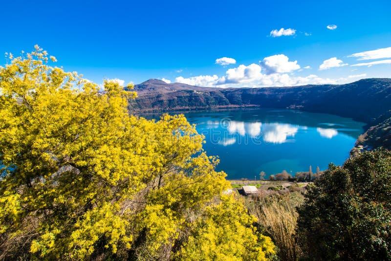 Lago Albano, um lago vulcânico da cratera perto de Roma, Itália imagens de stock